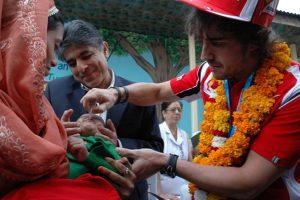 F1 Champion and UNICEF Goodwill Ambassador Fernando Alonso vaccinates children against polio in a Delhi hospital UNICEF/R. Curtis