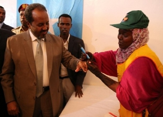 A health worker marks the finger of the President of Somalia to indicate that he has been vaccinated against polio.