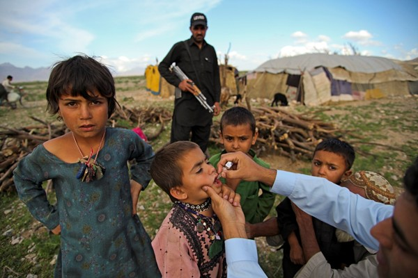 During a door-to-door national polio campaign in the Aghbarg neighbourhood of Quetta, Pakistan, a polio team vaccinate the children of a hard-to-access nomad community.