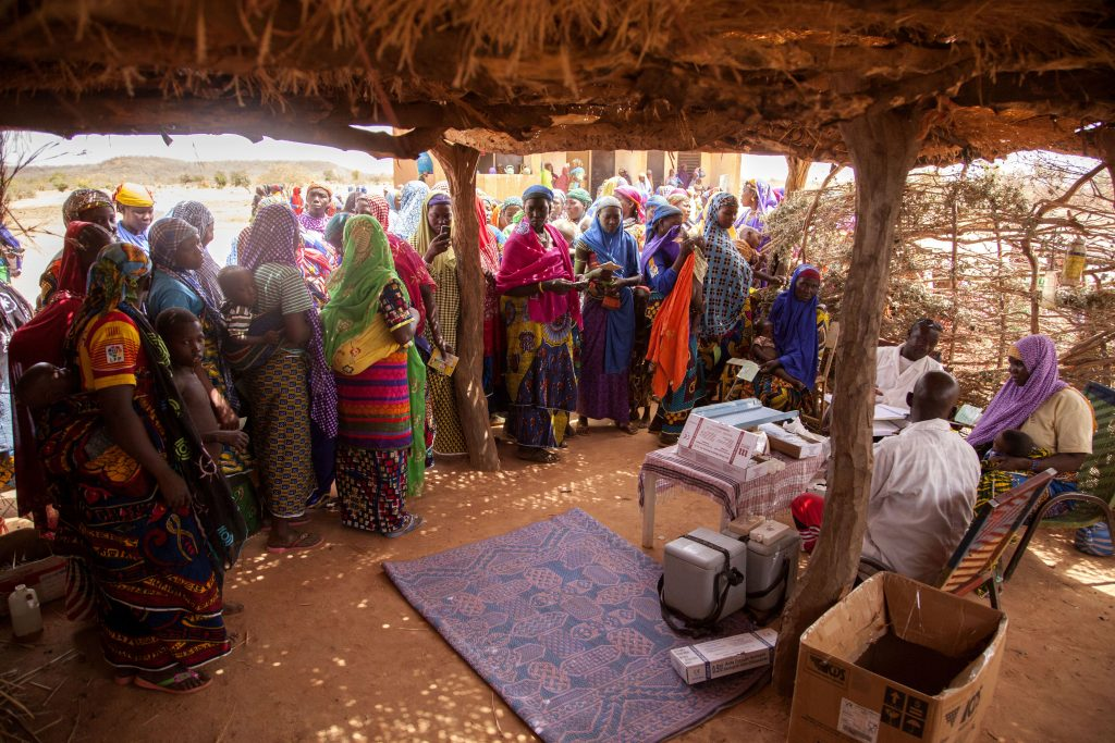 Women in Toutou village, Niger wait to have their children vaccinated against the polio virus as part of outbreak response activities. © UNICEF/UN026556/Parry
