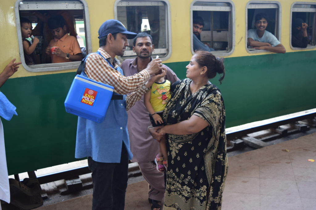Polio worker Imran Khan vaccinates a child at Karachi Cantonment Railway Station ©WHO/J. Muhammad