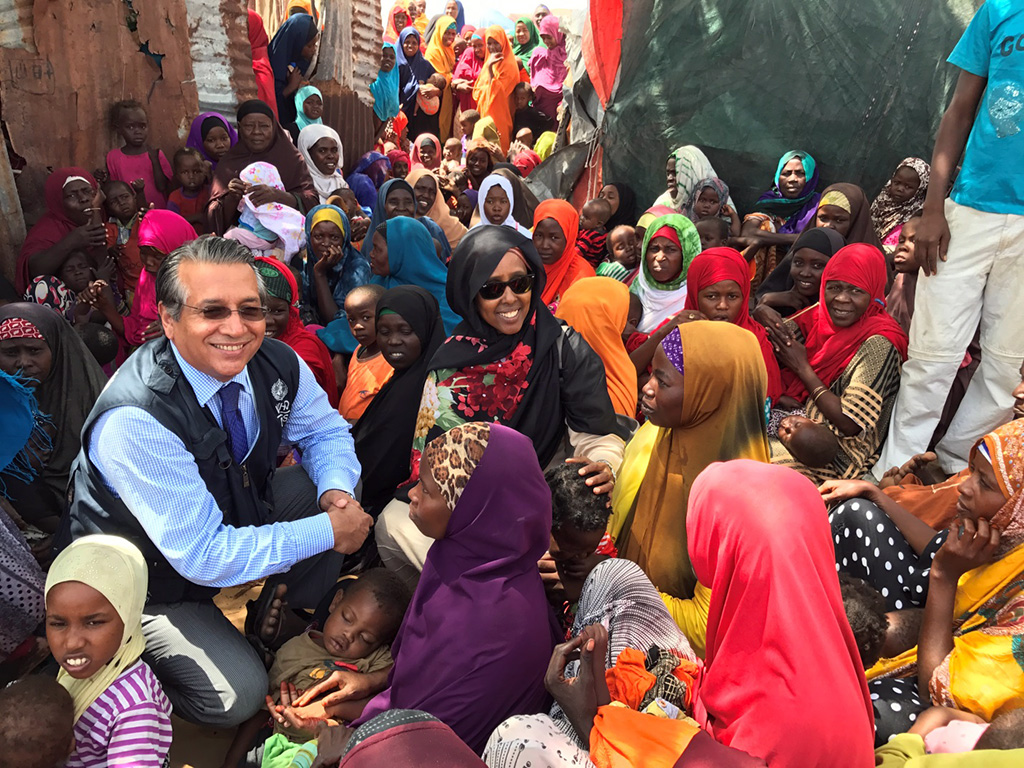 Crowds gather as Minister of Health Dr Fawziya Abikar Nor, and Dr Ghulam Popal, WHO Representative for Somalia attend a polio vaccination campaign following the declaration. ©WHO / A. Wolasmal