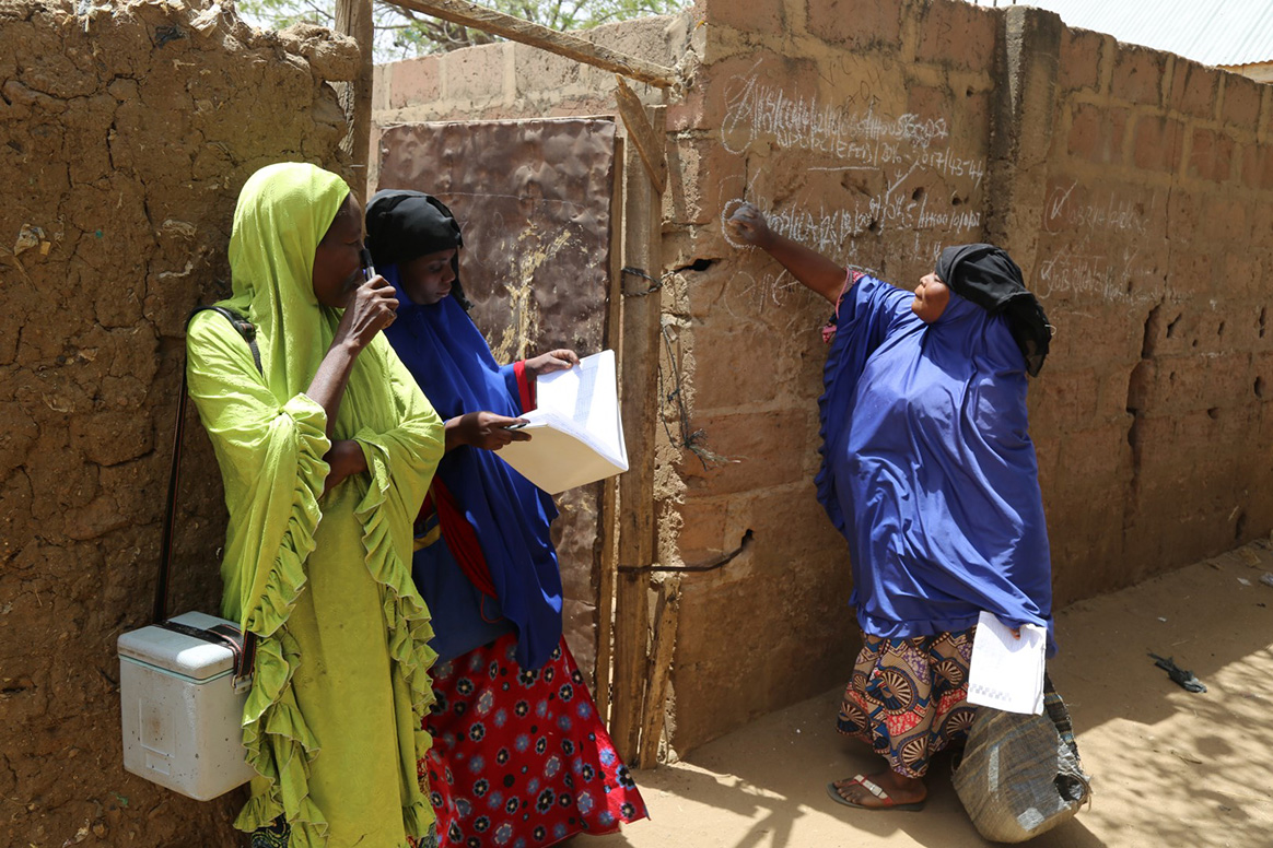 Women have just visited a house to vaccinate children against polio in Sokoto State, Nigeria. © WHO / J. Swan