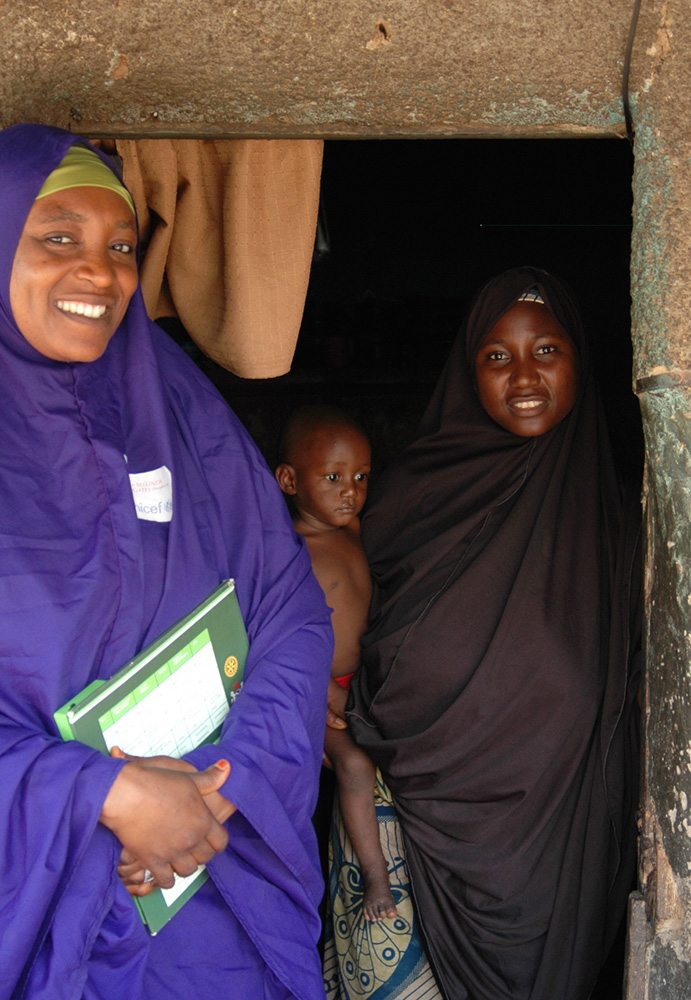 Zulaihatu Abdullahi, a volunteer community mobilizer in Kaduna State, goes door-to-door to ensure that every child is vaccinated against polio. © UNICEF Nigeria / Jasmine Pittenger