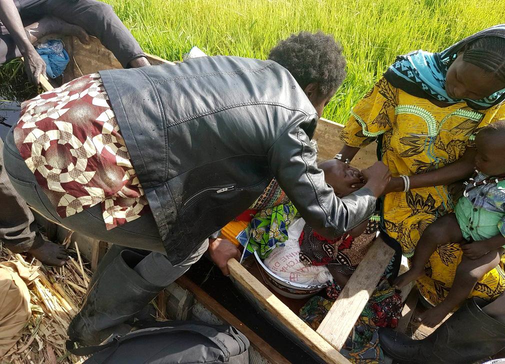La Dre Adele vaccine des enfants dans son canoë, après avoir voyagé pendant des heures pour se rendre dans les îles les plus isolées du lac. © OMS / Tchad