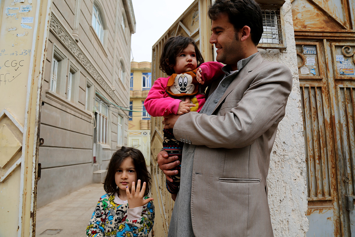 Reza with his two young daughters, Setayesh and Saharnaz. © Tuuli Hongisto/WHO Afghanistan