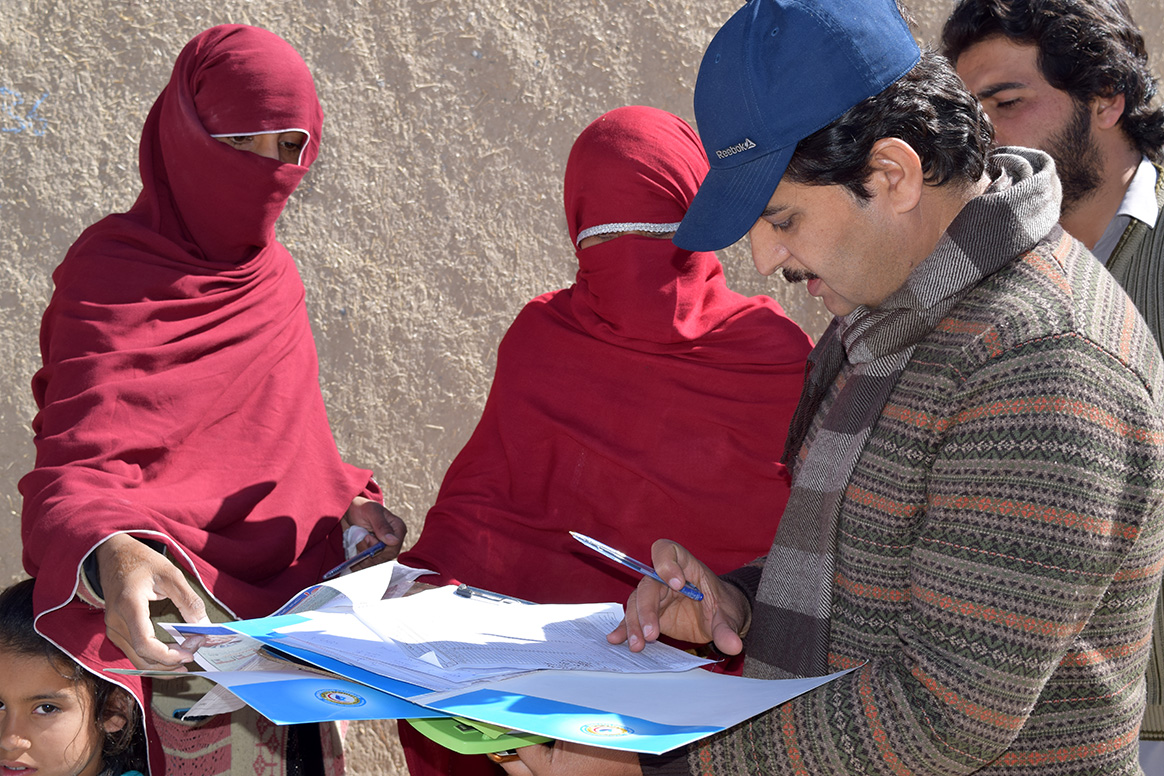 Dr Taj monitoring the work of a vaccination team during a polio immunization campaign in his district. © S. Mughal/WHO Pakistan