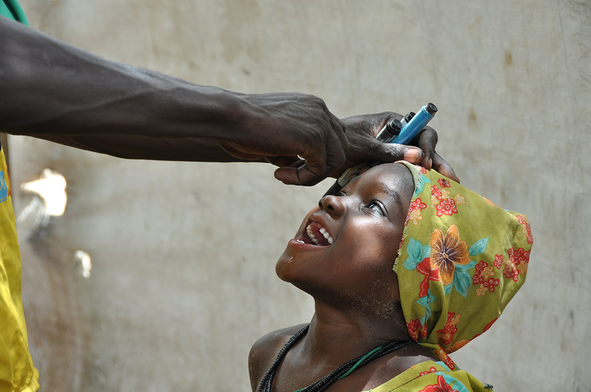 A child living in Dar es Salam is vaccinated against the polio virus. © WHO/D. Levison