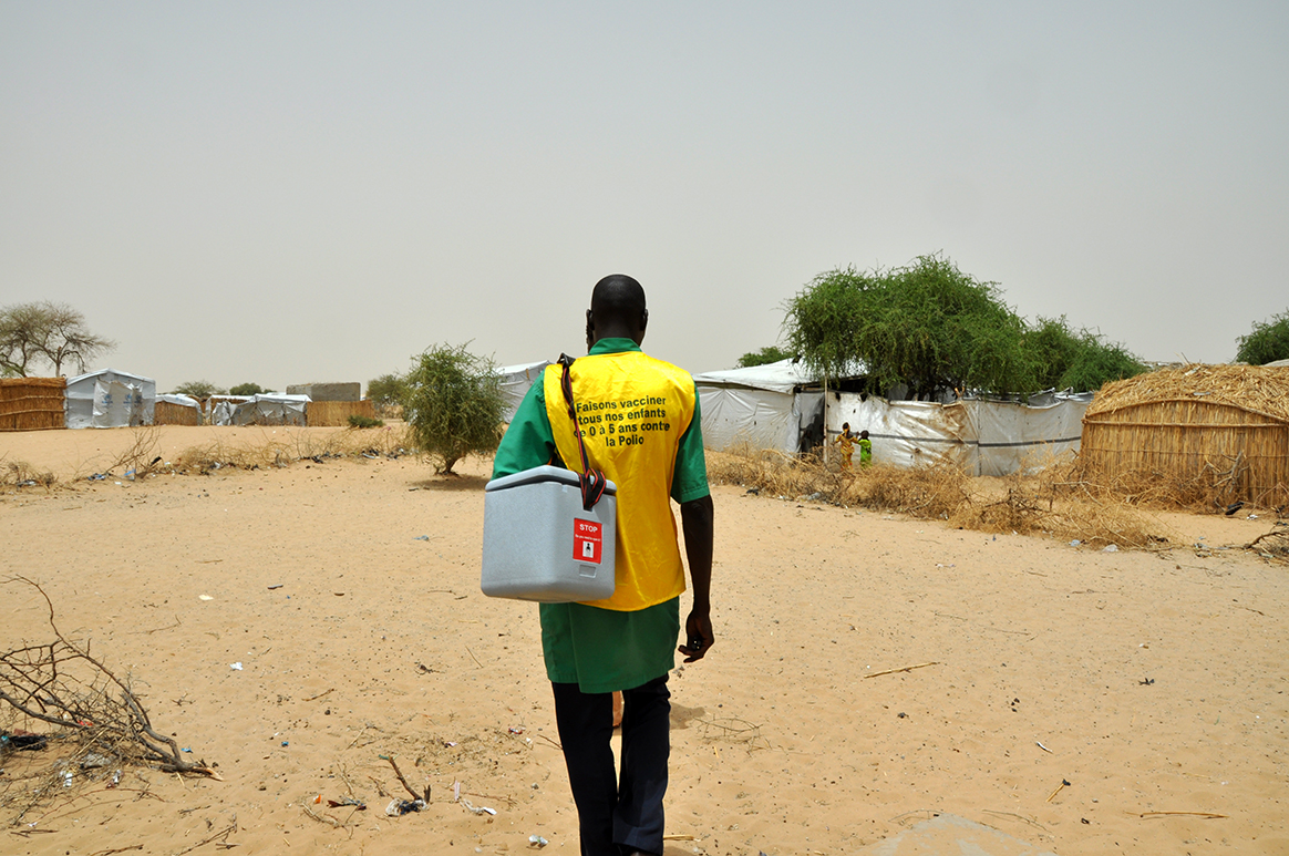 A health worker sets out to conduct house-to-house polio vaccination activities in Dar es Salam. © WHO/D. Levison