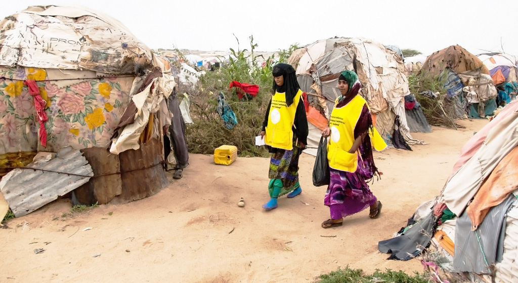 Vaccinators at work in a camp for internally displaced people (IDPs). © UNICEF/Somalia