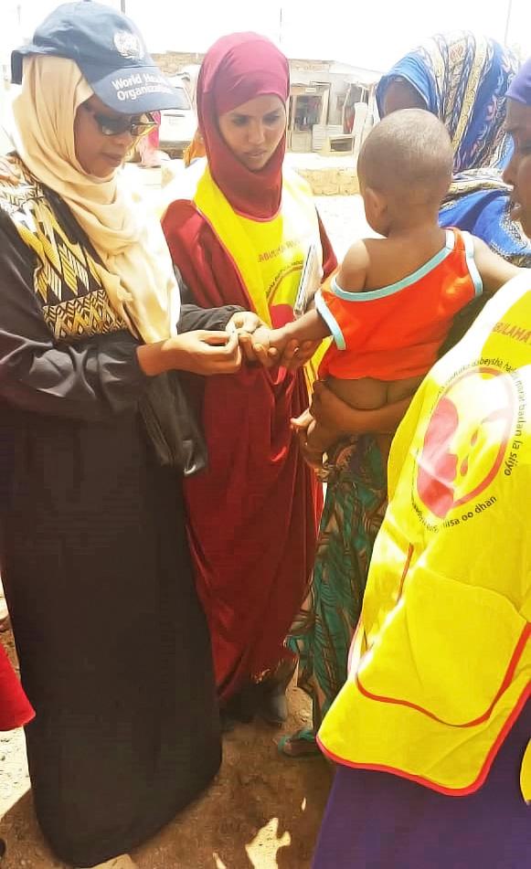 Dr Rehab Kambo vaccinating a young child in Somalia. © WHO Somalia