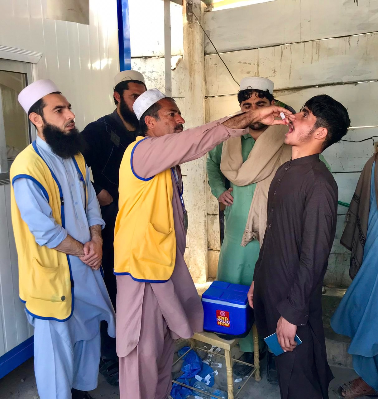 All ages and all genders: polio vaccines are for all travellers crossing the Pakistan-Afghanistan border. ©WHO/Pakistan