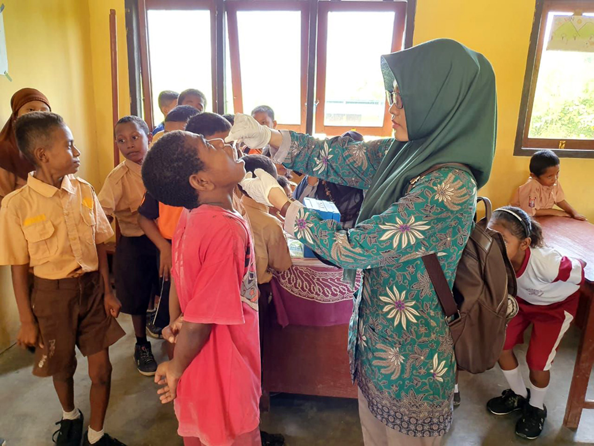 Make or break—Mirnawati, an immunization officer, in West Papua, is vaccinating school children as part of the national vaccination campaign in Indonesia after a recent polio outbreak was confirmed. ©WHO /Z.Khan