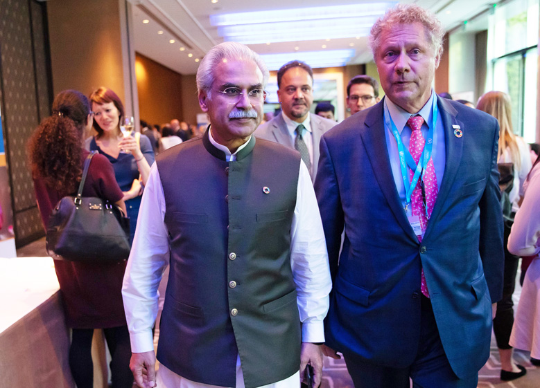 Dr Zafar Mirza, Pakistan's Minister of State,Ministry of National Health Services, Regulations, and Coordination, seen with Seth Berkley, CEO of Gavi, the Vaccine Alliance, at the GPEI informal event during the 72nd World Health Assembly. ©WHO