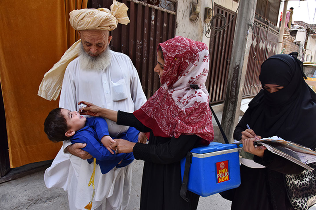 Community-based vaccinator administers polio drops to a child in Lahore, Punjab ©NEOC/Pakistan