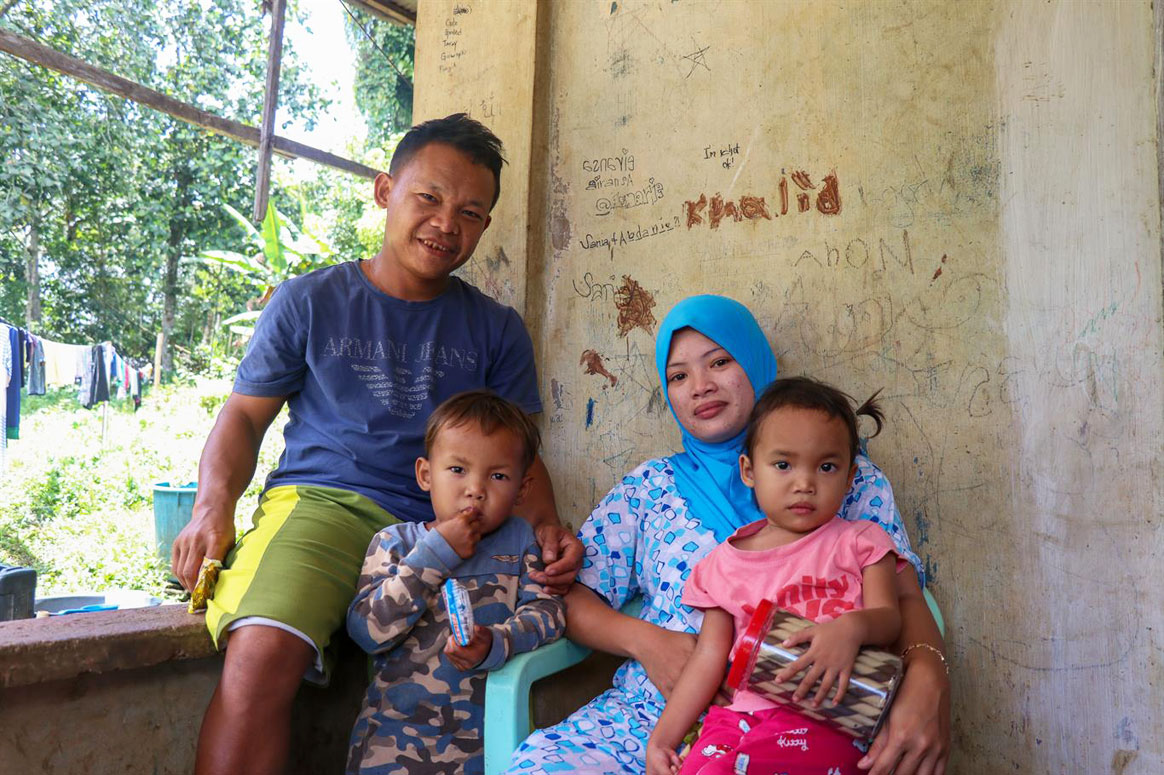 Haimer and Salma together with two out of seven children, Abdul Raffy, 5, and Junaisa, 3. ©WHO/F. Tanggol
