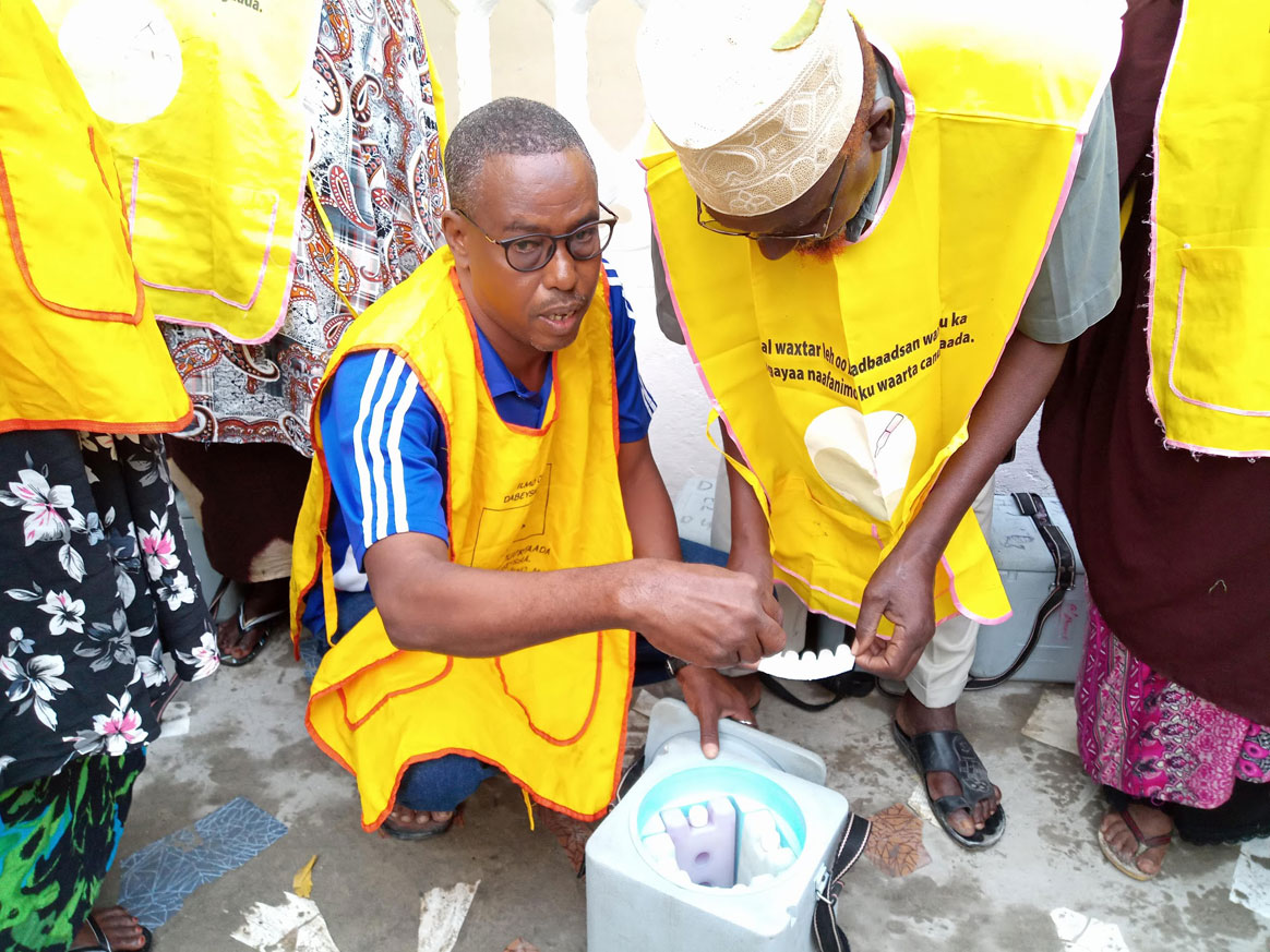 Through basketball, Mahamed engages the community in his work to end polio. ©WHO/Somalia
