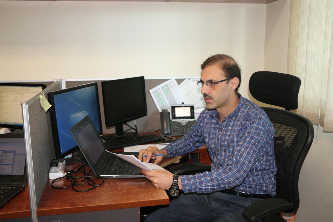 Waqar Ahmad, Technical Officer for Data at WHO Pakistan, analyzing data © Sadaf Kashif