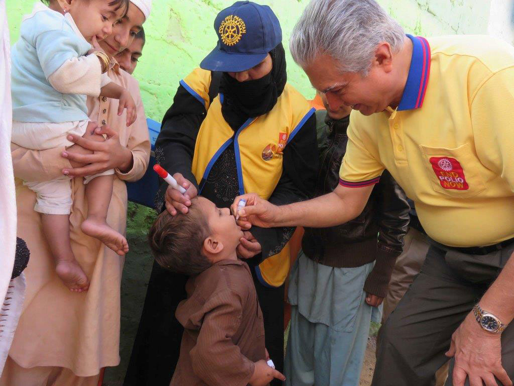 Aziz Memon vaccinates a child during a vaccination campaign in Pakistan. ©Rotary International