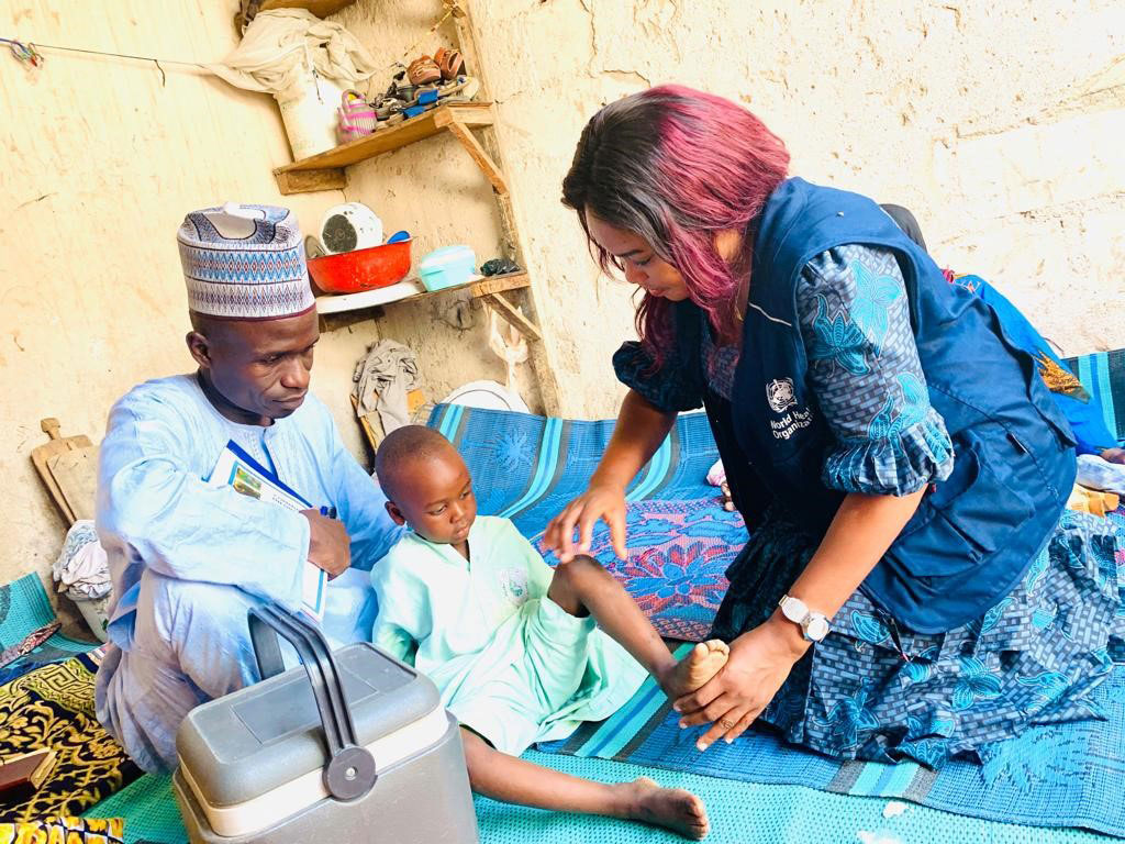 WHO medical officer Dr Aisha Alhassan conducts an acute flaccid paralysis examination in Jere Local Government Area, Borno State. ©WHO/Nigeria